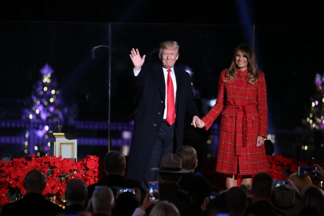 第95屆國家聖誕樹點燈儀式在白宮橢圓形廣場舉行,為川普總統上任後的首場聖誕樹點燈,他攜第一夫人梅蘭妮亞點亮聖誕樹,並向全美人民送上節日祝福。與往年寒風凜冽的點燈儀式不同,當晚戶外氣溫達到攝氏12度,為多年來最暖的點燈儀式。正為稅改奔走的川普,當晚對政治議題隻字未提,只送上節日祝福。川普亦說,「這是點燈儀式25年來遇到的最好天氣,說明我們很幸運。」他感謝在假日季仍在服務的軍人、執法人員、教師和牧師以及所有美國家庭,稱家庭是美國生活的基石,他呼籲美國民眾服務彼此、熱愛彼此、追求內心深處的和平。(記者羅曉媛/攝影)
