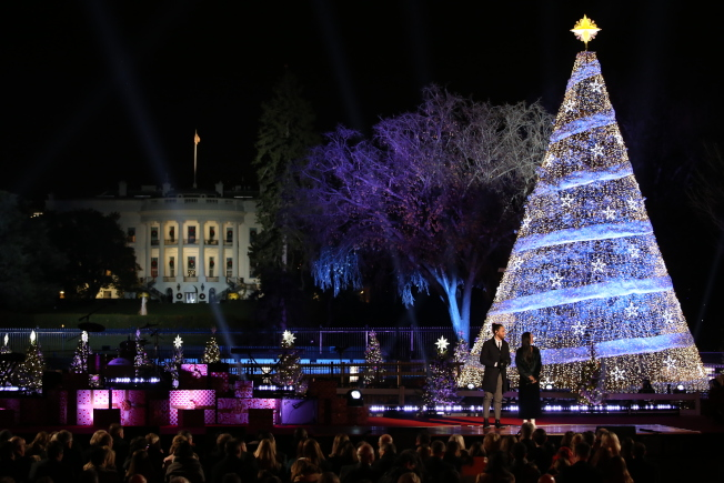 第95屆國家聖誕樹點燈儀式在白宮橢圓形廣場舉行,家喻戶曉的表演嘉賓助陣。(記者羅曉媛/攝影)
