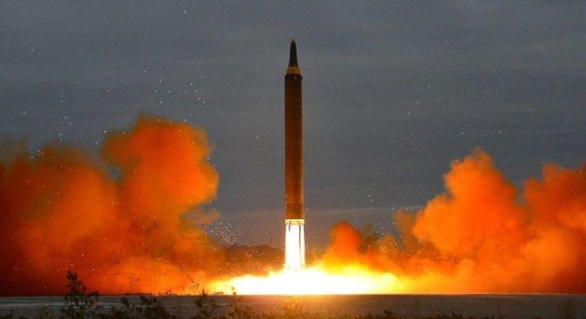 先前北韓稱全美都在射程範圍內,美國部分專家原本抱懷疑態度,但他們說,根據最新試射資料及照片,證實北韓飛彈能將核子彈頭投射到美國各個角落。圖為火星14型洲際彈道飛彈。歐新社資料照片