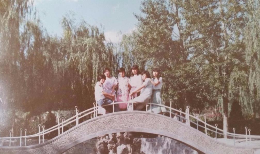 這是一張攝於一九八六年夏季的合影,右邊第三人為作者。