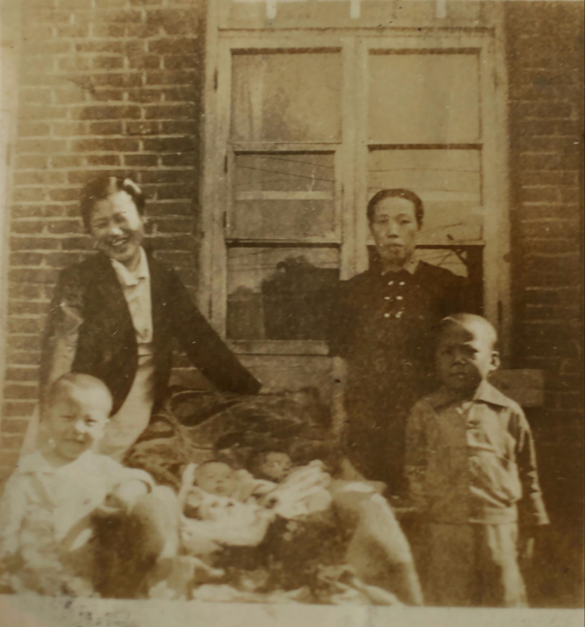 第二排左側的是我的母親,那時她只有二十五歲,右側是二大伯娘。