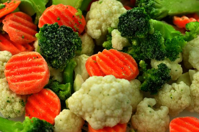 趁蔬菜當季,到農民市場去買「剛進貨」或買得到的新鮮成熟蔬菜。但記得在「淡季」的時候,冷凍蔬菜也會帶給你高濃度的營養。 圖/ingimage