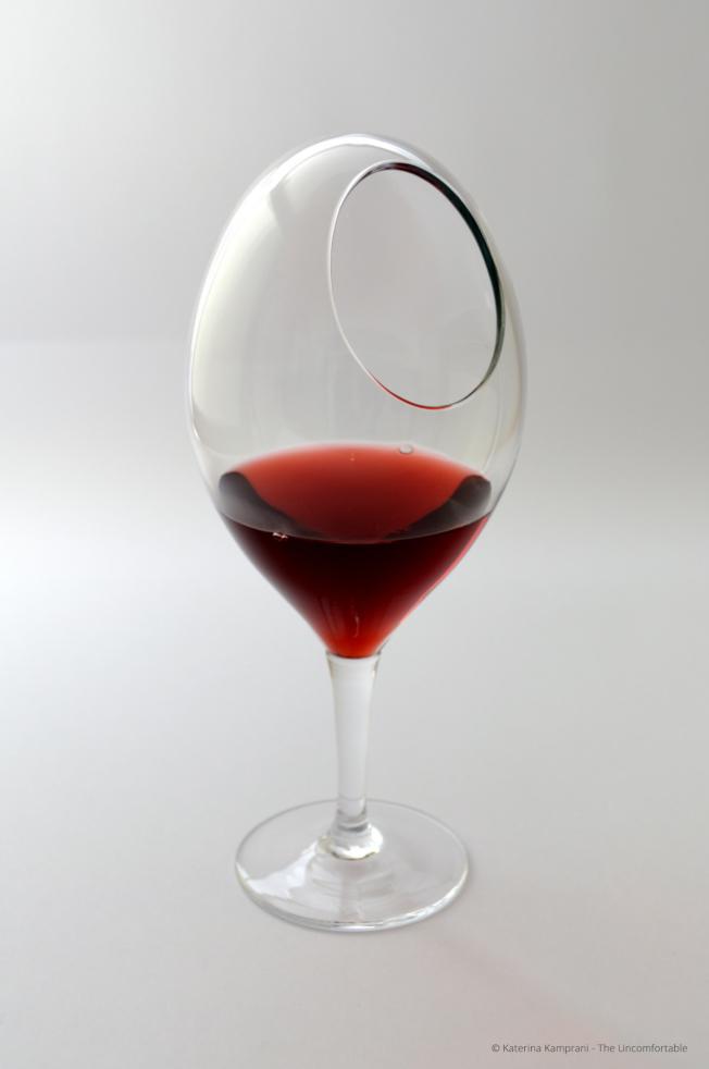 使用這個酒杯,就算能喝到酒,應該也已濺得滿身。(取自坎普拉妮網站)