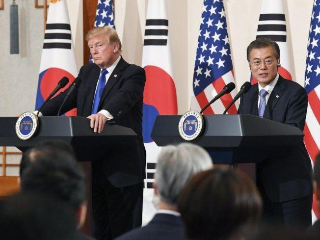 南韓表示並未與美談及海上封鎖北韓。圖為美國總統川普(左)與南韓總統文在寅(右)11月7日記者會檔案照。 (歐新社)