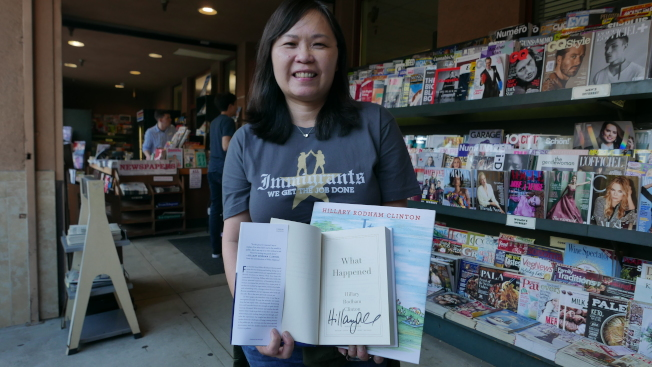 書店前排起數百人長龍,粉絲們希望親自見到喜萊莉一面。(記者李雪/攝影)