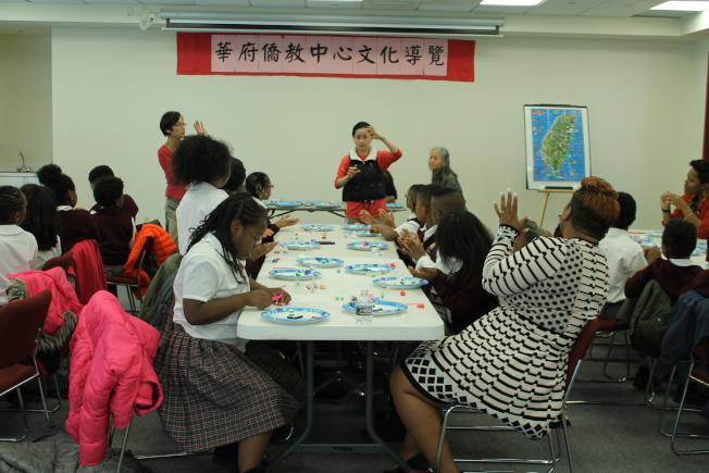 Reid Temple Christian Academy師生,參觀華府僑教中心,並在志工黃老師的指導下製作做手工藝品。(僑教中心提供)