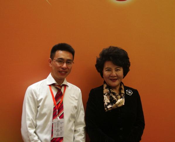 李吉光(左)代表大專聯參加第八屆海外華僑華人專業協會會長聯席會,與國僑辦主任裘援平合影。(大專聯提供)