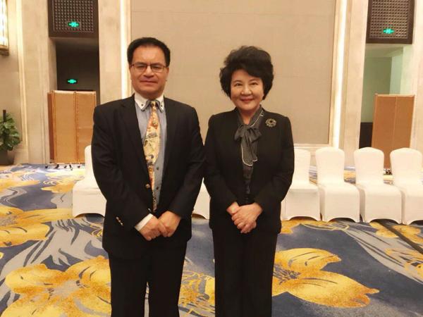 大專聯副會長倪濤(左)代表大專聯參加第八屆海外華僑華人專業協會會長聯席會,與國僑辦主任裘援平合影。(大專聯提供)