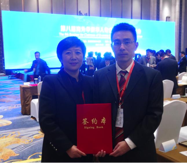 大專聯副會長李吉光(右)代表大專聯參加第八屆海外華僑華人專業協會會長聯席會,並與並與江西、河北、福建等地僑夢苑簽約,設立海外聯絡處。(大專聯提供)