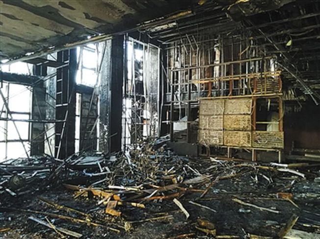 天津「泰禾金尊府」大樓頂層的復式單元房內一片狼藉。施工人員稱,火災發生時,該處堆放著軟包材料。(取材自新京報)