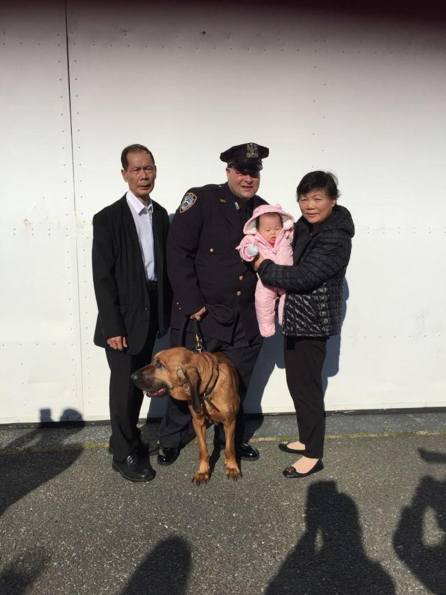 劉文健父母一家,與警犬「劉劉」拍照。(紐約市警提供)