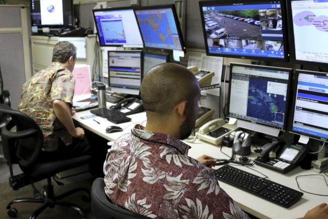 1日夏威夷州急難管理局官員在指揮中心作業。(美聯社)