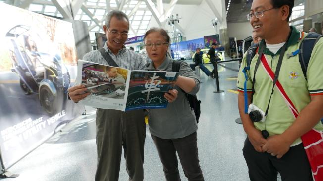 世界日報「汽車情報專刊」深受華裔居民歡迎。(記者李雪/攝影)