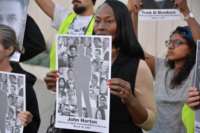 2009年22歲兒子John Horton慘死監獄的Helen Jones當天也到場聲援。(記者高梓原/攝影)