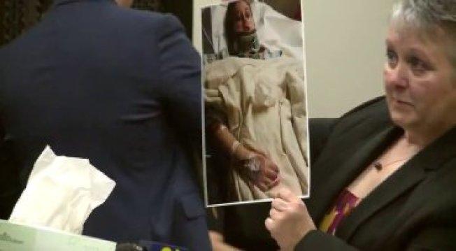 魏柏母親拿著女兒躺在醫院照片痛批檢方。(KTLA電視台)