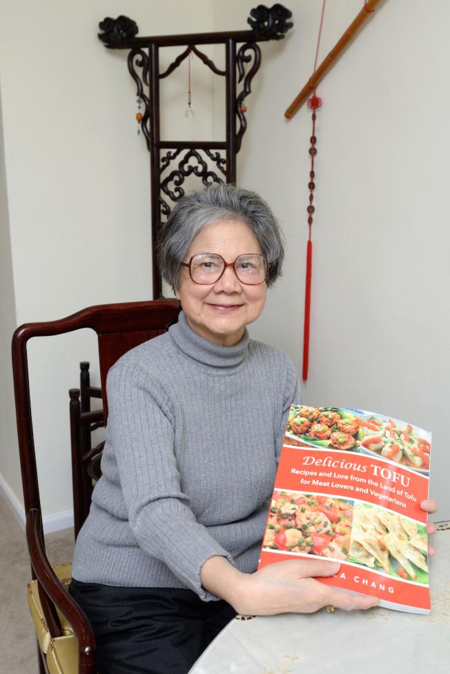 譚彥出版新書「豆腐美食」,期盼「撥亂反正」。(記者朱澤人/攝影)