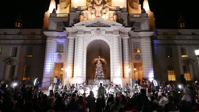 巴市在市政廳前的聖誕樹前舉辦點燈儀式。(記者李雪/攝影)