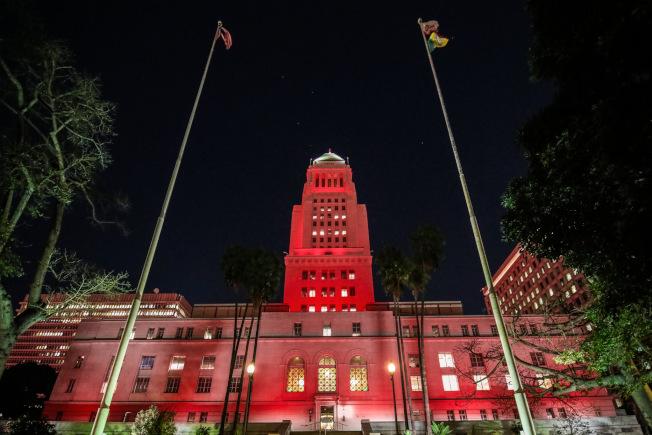 12月1日晚間洛杉磯市政廳大樓將打出紅色燈光,紀念世界愛滋病日。(洛杉磯市長辦公室提供)