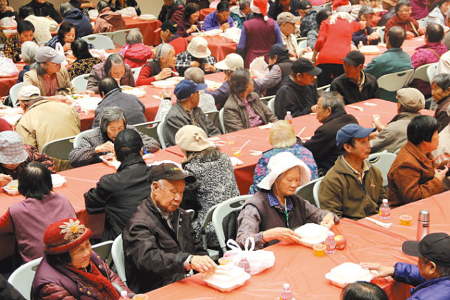 中華總會館派發500份免費午餐,惠及華埠長者。(記者李晗/攝影)