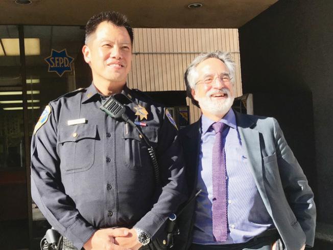 市議員佩斯金(右)及中央分局長葉培恩邀請華人社區出席周一晚間舉行的華埠警民會議。(記者李秀蘭/攝影)