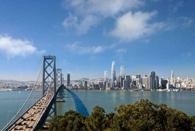 舊金山的辦公室租金,全球排第5;第1是香港,第2是倫敦的West End。圖為海灣大橋和舊金山的高樓大廈。(Getty Images)