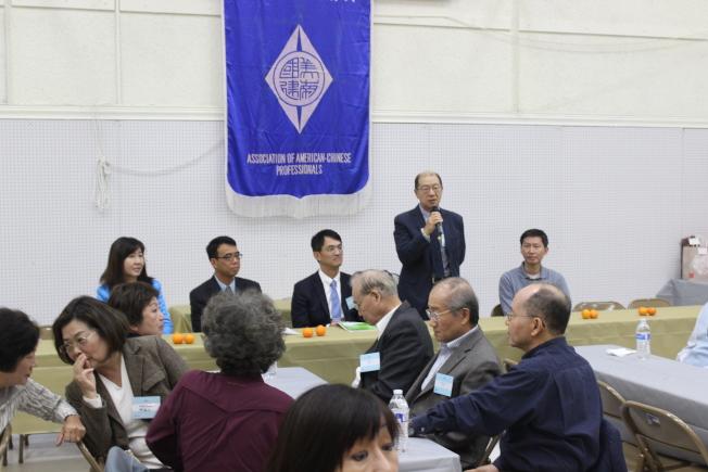 美南國建協進會(ACAP)2日中午於休士頓華僑文教服務中心舉辦年度會員餐會,會員們熱絡交流。(記者郭宗岳/攝影)