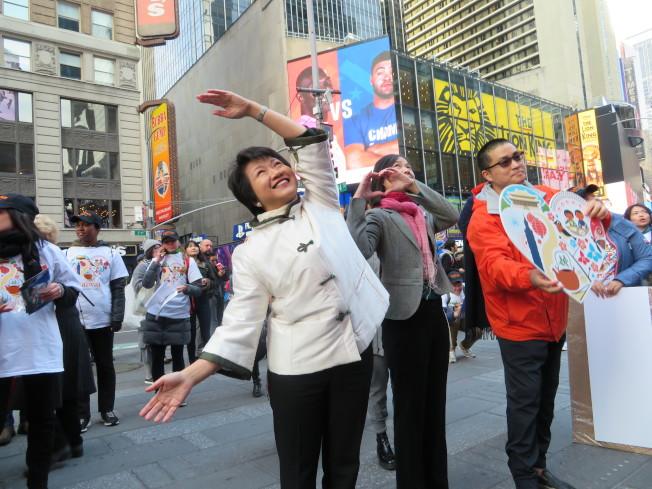 徐儷文站在時報廣場與台北民眾比心互動。(記者陳小寧/攝影)