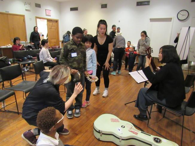孩子們開心地與音樂互動。(記者顏嘉瑩/攝影)