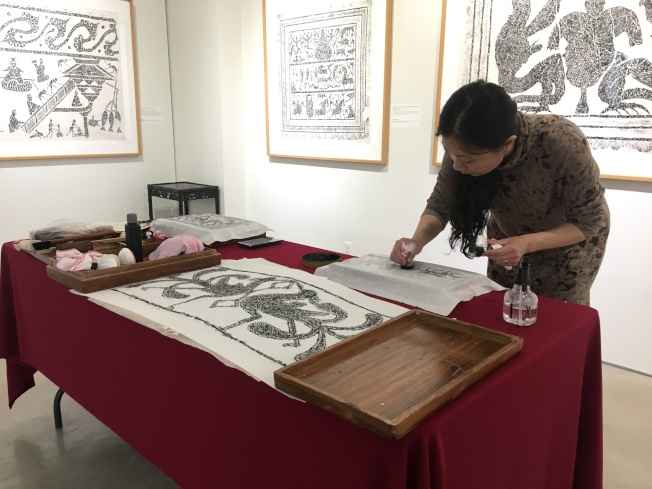 李慧現場製作石拓片,展示展出作品的製作過程。(記者陳小寧/攝影)