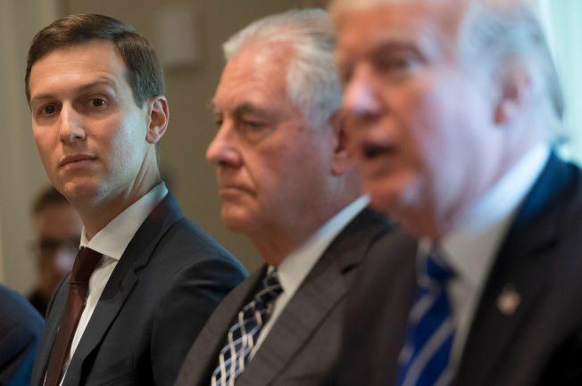 負責中東和談事務的庫許納(左)時常繞過國務卿提勒森(中),直接向川普報告。(Getty Images)