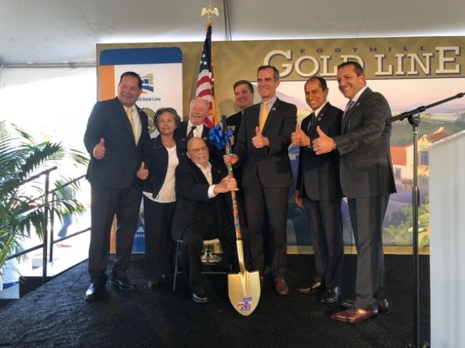 洛杉磯市長賈西提(右三)和車站沿途城市的市長市議員們合影慶祝開工。 (記者張宏/攝影)
