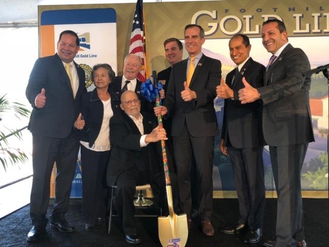 洛杉磯市長賈西提(右三)和車站沿途城市的市長市議員們合影慶祝開工。(記者張宏/攝影)