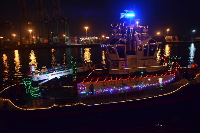 遊行船上裝飾彩燈和聖誕老人。(記者王全秀子/攝影)
