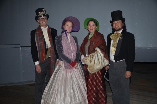 合唱團成員盛裝打扮為民眾帶來節日經典歌曲。(記者王全秀子/攝影)