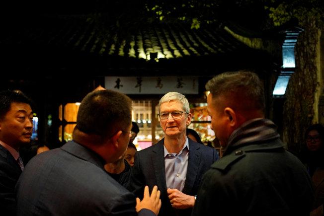 蘋果執行長庫克(中)抵達浙江烏鎮,參加世界互聯網大會。(路透)
