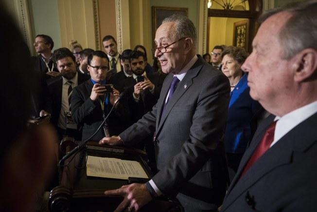 參院少數黨領袖舒默(右二)拒絕與川普總統溝通稅改案。(歐新社)