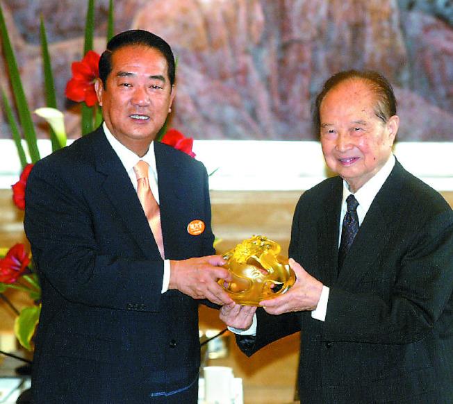 大陸海協會前會長汪道涵(左)2005年5月,抱病和親民黨主席宋楚瑜(右)會面。(本報資料照片)