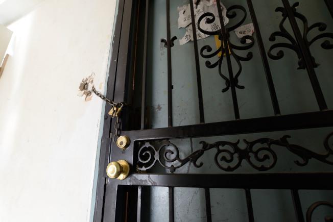 宋揚工作房間的內門鎖被砸爛,只能用外門加鎖鏈拴起。(記者朱澤人/攝影)