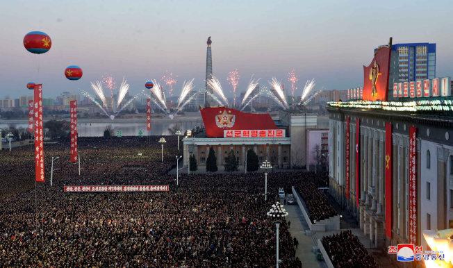 北韓1日在平壤金日成廣場放煙火,慶祝火星15型洲際飛彈試射成功。(路透)