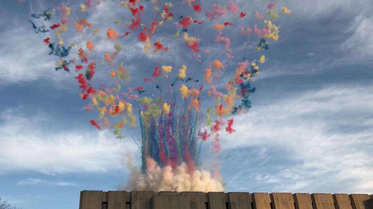 中國旅美藝術家蔡國強2日在芝加哥大學推出彩色蘑菇雲爆破。(特派員黃惠玲/攝影)