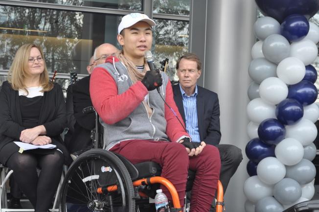 華裔患者陶然於台上分享在聖谷醫療中心的復健歷程。(記者林亞歆/攝影)