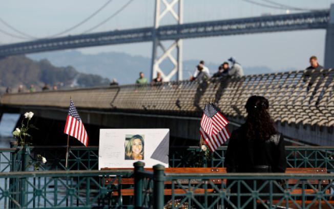 舊金山一個陪審團30日裁定,被控謀殺的墨西哥非法移民卡瓦蒂(Jose Garcia Zarate)罪名不成立,獲得釋放。圖為謀殺案發生的舊金山14號碼頭,1日擺出悼念被殺的史坦莉(Kate Steinle)的照片,不少人前往觀看。(電視新聞截圖)