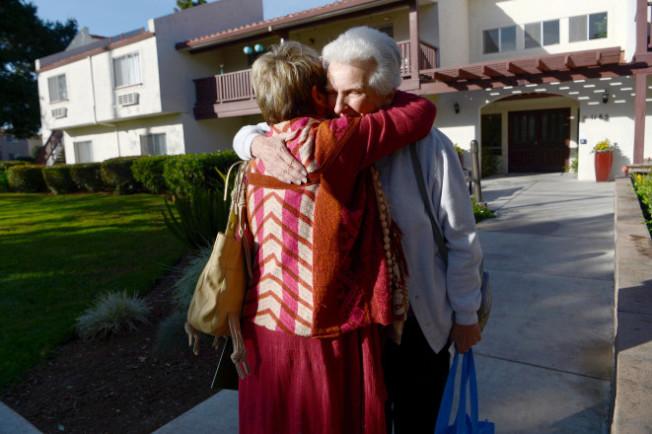 被逼遷的94歲老人艾瑪(Emma Magnuson,右),與另一名被逼遷的老人話別。(網路圖片)