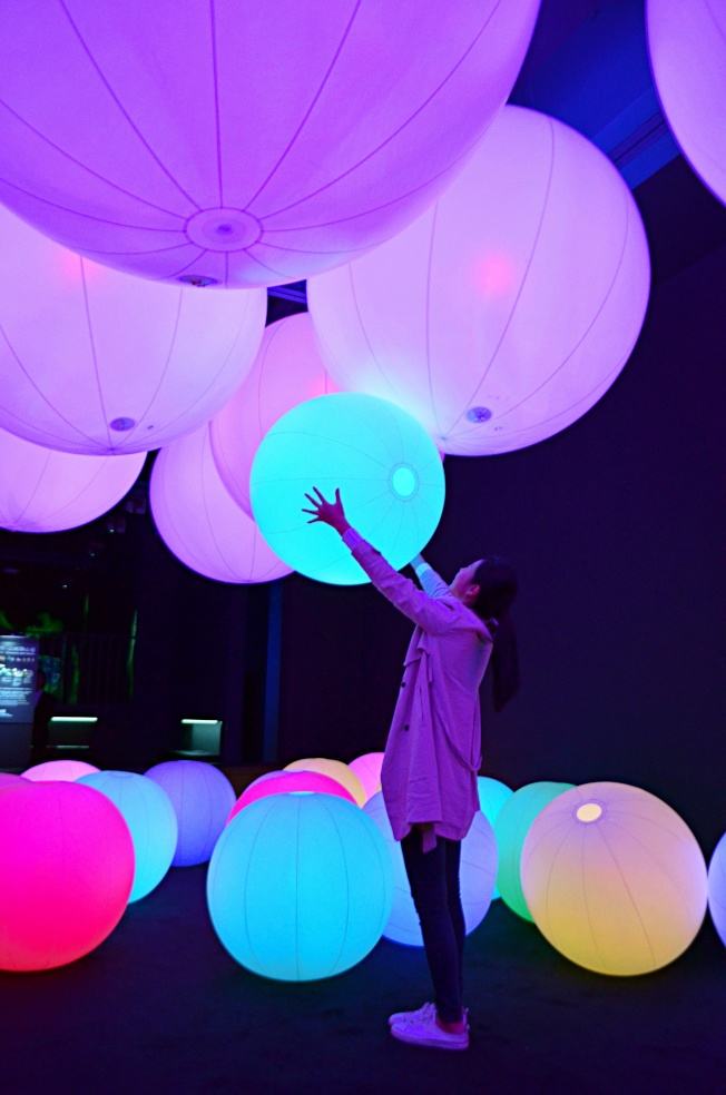 光球管弦樂團碰觸或推光球就能產生不同顏色變化。記者魏妤庭/攝影