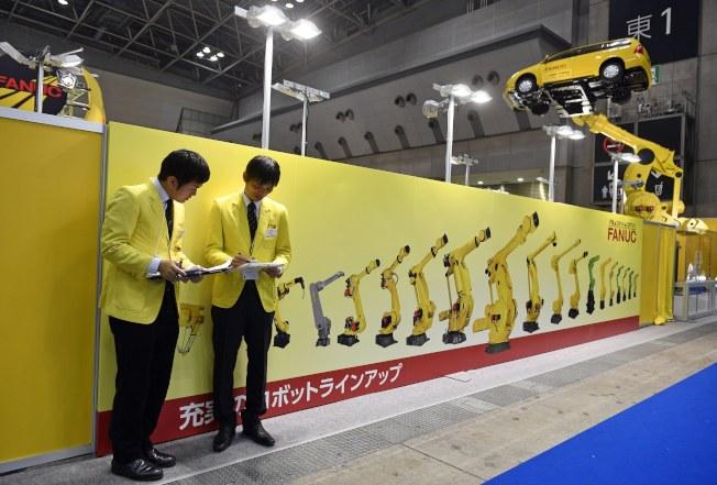 日經亞洲評論報導,滿手現金的日本企業增加投資並為替員工加薪。圖為日本自動化大廠發那科上月底在東京國際機器人展覽會設攤。(歐新社)