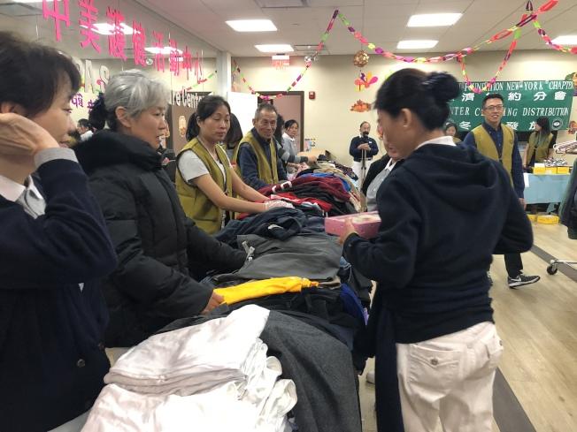 慈济举办免费冬衣发放活动。(记者黄伊奕/摄影)