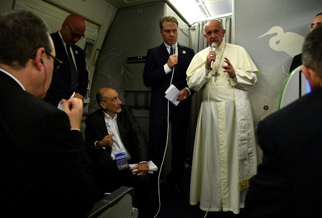 教宗方濟各結束訪問孟加拉的行程後,在機上回答記者提問。(路透)