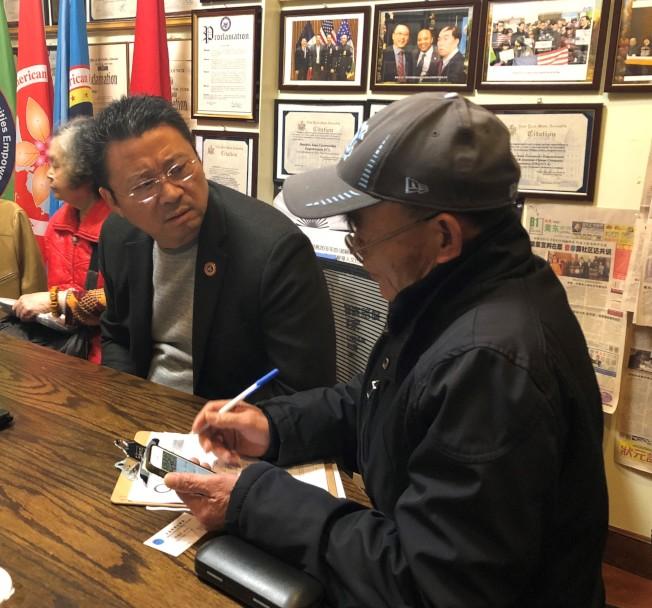 嚴先生(右)向美國亞裔社團聯合總會會長陳善莊(左)描述車禍經過。(記者黃伊奕/攝影)