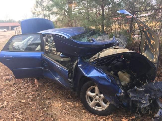 嚴太太乘坐的車輛被嚴重撞毀。(嚴先生提供)