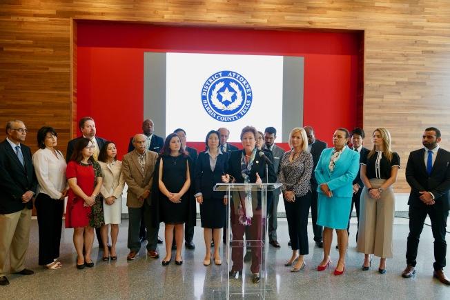 哈瑞斯縣檢察官Kim Ogg(前)與各國領館代表共同出席新聞發布會,對國際旅客安全給予關注。(记者陳開/摄影)